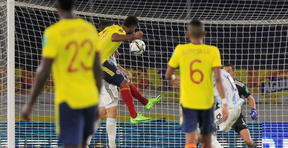 Perú gana a una Colombia que cede terreno