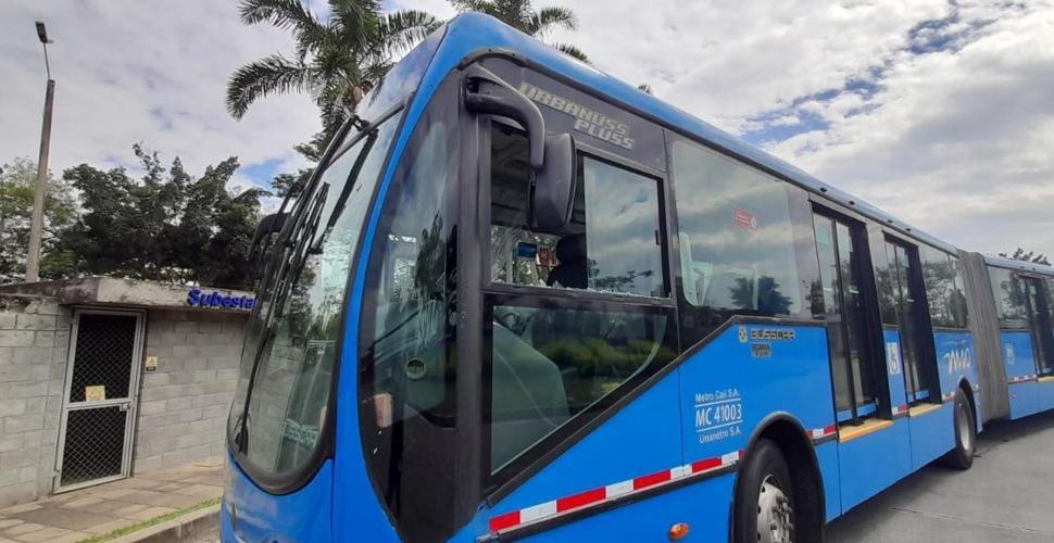Conductor de bus delMIO, lesionado en atentado con piedra en Cali